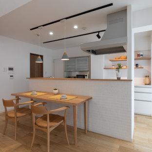 Idéer för funkis matplatser med öppen planlösning, med vita väggar, plywoodgolv och beiget golv