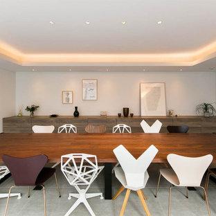 コンテンポラリースタイルのおしゃれなLDK (白い壁、暖炉なし、グレーの床) の写真