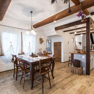 福岡の中サイズの地中海スタイルのおしゃれなLDK (白い壁、淡色無垢フローリング、薪ストーブ、レンガの暖炉まわり、茶色い床) の写真