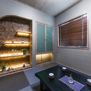 Immagine di una sala da pranzo etnica chiusa con pareti grigie, moquette e pavimento blu