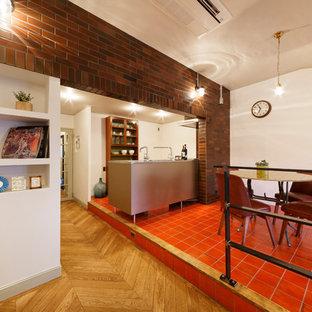 Ejemplo de comedor retro, abierto, con paredes blancas y suelo rojo