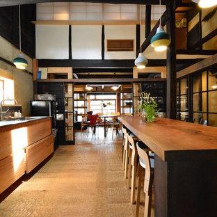 Ejemplo de comedor de cocina asiático con suelo de madera en tonos medios y suelo beige