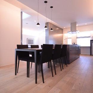 Imagen de comedor de cocina moderno, sin chimenea, con paredes blancas, suelo de madera clara y suelo blanco