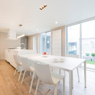 他の地域のモダンスタイルのおしゃれなダイニングキッチン (白い壁、淡色無垢フローリング、ベージュの床) の写真