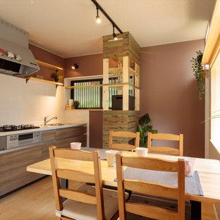 Modelo de comedor de cocina ecléctico, pequeño, con paredes beige, suelo de contrachapado y suelo beige