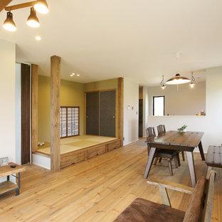 名古屋のアジアンスタイルのおしゃれなダイニング (白い壁、無垢フローリング、茶色い床) の写真