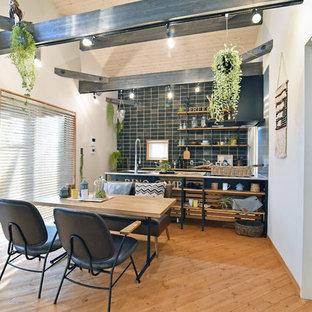 他の地域のラスティックスタイルのおしゃれなLDK (白い壁、無垢フローリング、茶色い床) の写真