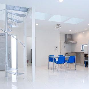 Ejemplo de comedor minimalista, abierto, con paredes blancas, suelo de baldosas de porcelana y suelo blanco