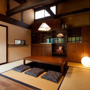 Réalisation d'une salle à manger asiatique avec un sol de tatami et un sol marron.