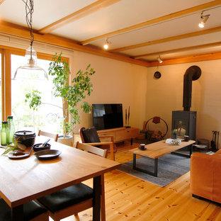 東京都下のトラディショナルスタイルのおしゃれなLDK (ベージュの壁、無垢フローリング、薪ストーブ、茶色い床) の写真