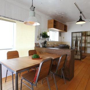 名古屋の小さいインダストリアルスタイルのおしゃれなダイニングキッチン (白い壁、無垢フローリング、茶色い床) の写真