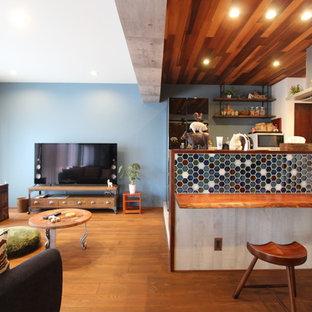 他の地域のラスティックスタイルのおしゃれなLDK (マルチカラーの壁、無垢フローリング、茶色い床) の写真