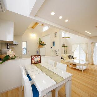 他の地域の中くらいのビーチスタイルのおしゃれなLDK (白い壁、淡色無垢フローリング、暖炉なし、ベージュの床) の写真