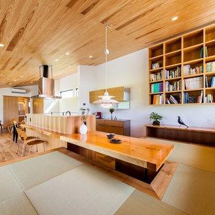 Ejemplo de comedor contemporáneo, abierto, con paredes blancas, tatami y suelo verde