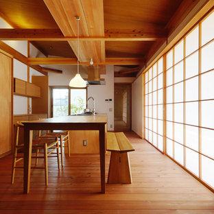 Diseño de comedor de cocina de estilo zen, sin chimenea, con paredes blancas y suelo de madera clara