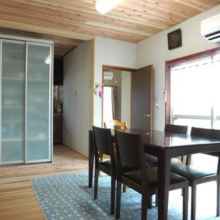 Aménagement d'une salle à manger asiatique fermée et de taille moyenne avec un mur blanc, un sol en bois brun, un sol marron et un plafond en bois.