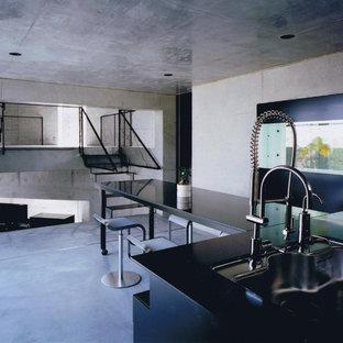 他の地域のコンテンポラリースタイルのおしゃれなLDK (グレーの壁、コンクリートの床、グレーの床) の写真
