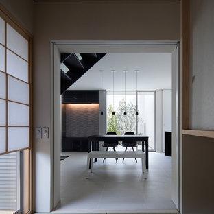 Immagine di una sala da pranzo di medie dimensioni con pareti bianche, pavimento in tatami, nessun camino e pavimento verde
