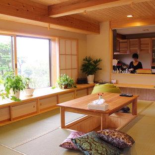 Inspiration pour une salle à manger ouverte sur le salon asiatique de taille moyenne avec un mur beige, un sol de tatami, aucune cheminée et un sol vert.