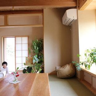 Ejemplo de comedor asiático, de tamaño medio, abierto, sin chimenea, con paredes beige, tatami y suelo verde