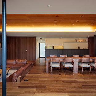 横浜のコンテンポラリースタイルのおしゃれなLDK (マルチカラーの壁、無垢フローリング、茶色い床) の写真