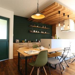 Asiatische Wohnküche mit grüner Wandfarbe, braunem Holzboden und braunem Boden in Sonstige