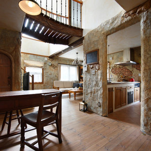 他の地域のエクレクティックスタイルのおしゃれなLDK (マルチカラーの壁、無垢フローリング、茶色い床) の写真