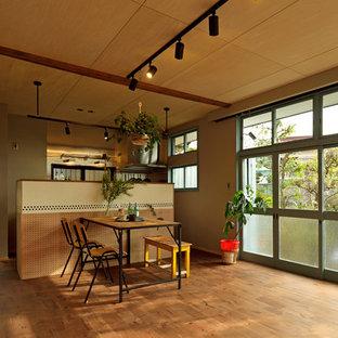 他の地域のアジアンスタイルのおしゃれなLDK (茶色い壁、無垢フローリング、茶色い床) の写真