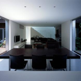 Modelo de comedor moderno, abierto, con paredes blancas y suelo blanco