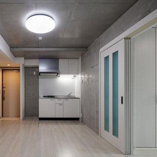 Idee per una sala da pranzo aperta verso la cucina minimalista di medie dimensioni con pavimento in compensato, pavimento bianco e pareti multicolore