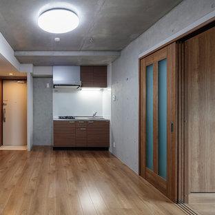 Esempio di una sala da pranzo aperta verso la cucina moderna di medie dimensioni con pavimento in compensato, pavimento marrone e pareti multicolore