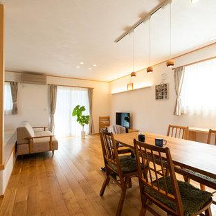 名古屋の和風のおしゃれなLDK (白い壁、無垢フローリング、ベージュの床) の写真