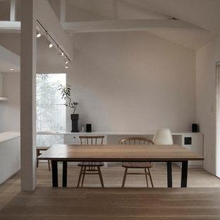 他の地域のコンテンポラリースタイルのおしゃれなLDK (白い壁、塗装フローリング、ベージュの床) の写真