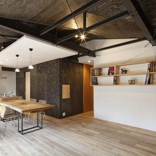大阪のコンテンポラリースタイルのおしゃれなLDK (白い壁、塗装フローリング、グレーの床) の写真