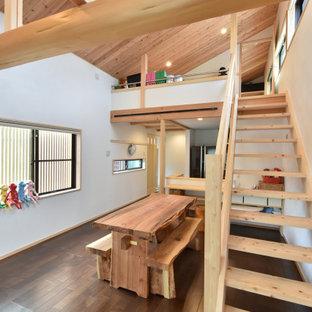 他の地域の中くらいのアジアンスタイルのおしゃれなダイニング (白い壁、無垢フローリング、茶色い床、板張り天井) の写真