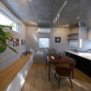 東京23区のインダストリアルスタイルのおしゃれなダイニングキッチン (グレーの壁、無垢フローリング、茶色い床) の写真