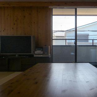 Ispirazione per una sala da pranzo aperta verso il soggiorno country di medie dimensioni con pareti marroni, pavimento in tatami, nessun camino e pavimento verde