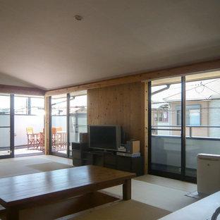 Foto di una sala da pranzo aperta verso il soggiorno country di medie dimensioni con pareti marroni, pavimento in tatami, nessun camino e pavimento verde