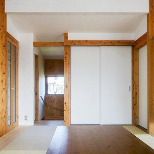 Idee per una sala da pranzo aperta verso il soggiorno country di medie dimensioni con pareti bianche, pavimento in tatami, nessun camino e pavimento verde