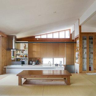 Idee per una sala da pranzo aperta verso il soggiorno country di medie dimensioni con pareti marroni, pavimento in tatami, nessun camino e pavimento verde