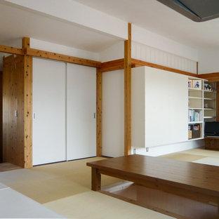Esempio di una sala da pranzo aperta verso il soggiorno country di medie dimensioni con pareti marroni, pavimento in tatami, nessun camino e pavimento verde