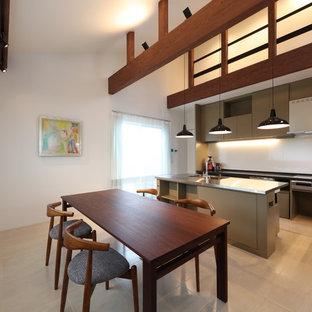 他の地域の広いコンテンポラリースタイルのおしゃれなダイニングキッチン (クッションフロア、ベージュの床、白い壁) の写真
