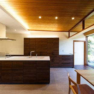 Modelo de comedor de estilo zen con paredes blancas, suelo de baldosas de porcelana y suelo gris