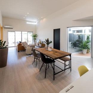 他の地域のコンテンポラリースタイルのおしゃれなLDK (白い壁、合板フローリング、暖炉なし、ベージュの床) の写真