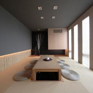 Exemple d'une salle à manger asiatique fermée avec un mur gris et aucune cheminée.