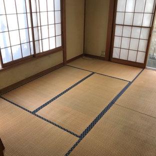 Foto di una piccola sala da pranzo aperta verso la cucina minimalista con pavimento in tatami