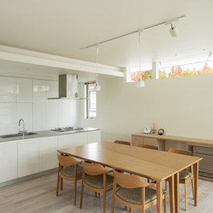 大阪のモダンスタイルのおしゃれなダイニングキッチン (白い壁、淡色無垢フローリング、ベージュの床) の写真