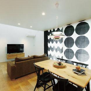 東京都下の小さい北欧スタイルのおしゃれなLDK (白い壁、淡色無垢フローリング、茶色い床、クロスの天井、壁紙) の写真