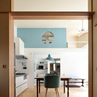 他の地域の中くらいの北欧スタイルのおしゃれなLDK (青い壁、淡色無垢フローリング、暖炉なし、ベージュの床) の写真