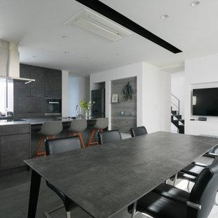 Diseño de comedor de cocina de estilo zen, de tamaño medio, sin chimenea, con paredes blancas, suelo de contrachapado y suelo gris